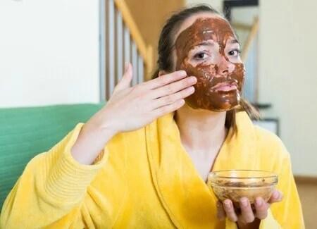 Mulher aplicando máscara facial