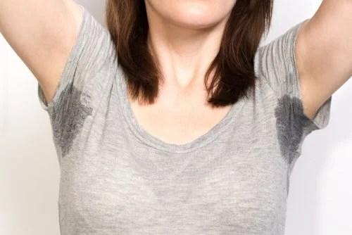 Mulher que não consegue tratar a sudoração excessiva