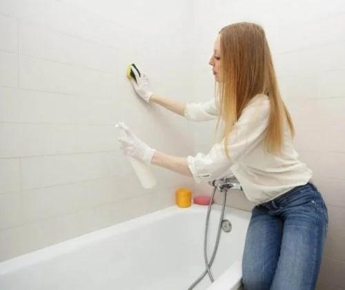 Mulher limpando o banheiro