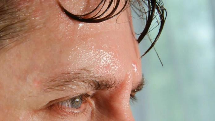 Homem suando