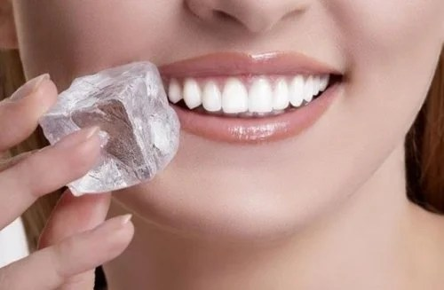 Passar pedra de gelo no rosto