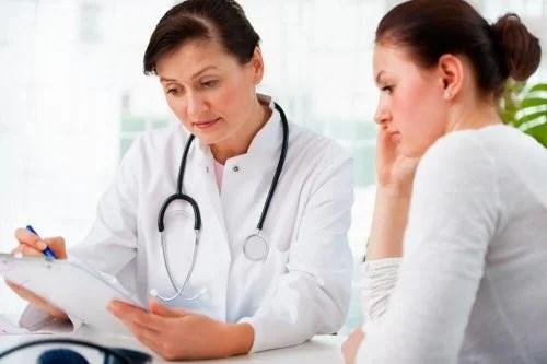 Paciente consultando sobre uma colonoscopia