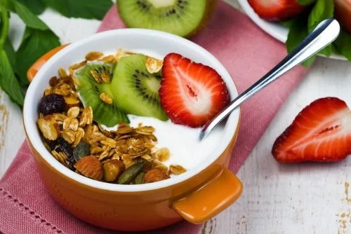 Iogurte com frutas e granola