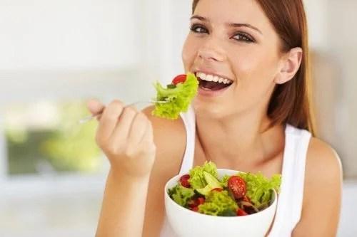 mulher-comendo-salada-500x333 Perder peso sem fazer dieta: como consegui!
