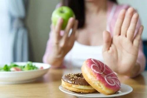 mulher-negando-comida-nao-saudavel-500x334 Entrevista com Carlos Ríos: e você, come comida real?