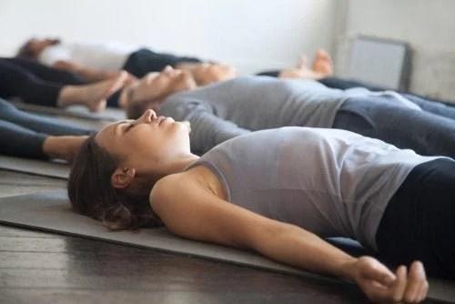 yoga-solo-grupo-500x334 O Que os Médicos Fazem Quando Têm Dor de Cabeça?