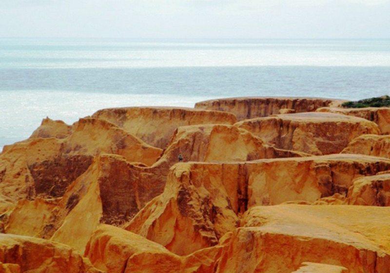 Beberibe encanta com suas falésias coloridas e praias
