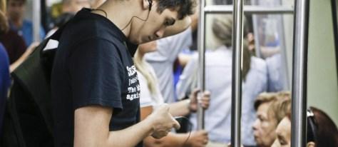 A inclinação da cabeça para a frente para consultar o telemóvel, prejudica a coluna