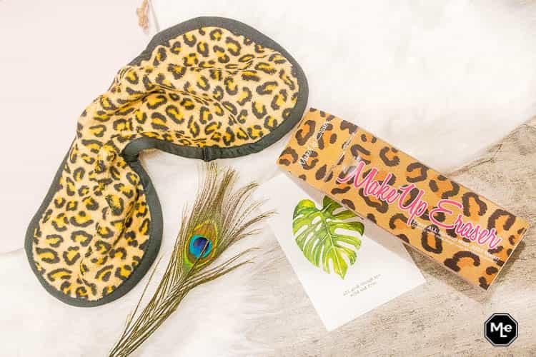 Makeup Eraser Cheetah flatlay verpakking + pauwen veer