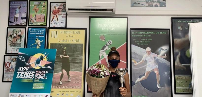 La alemana Luisa Meyer posa con el trofeo y los distintos carteles de anteriores ITF's