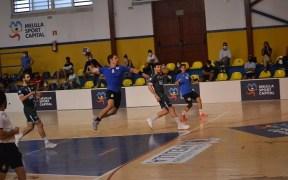 Carlos González, jugador del Melilla Balonmano, en un lanzamiento a puerta