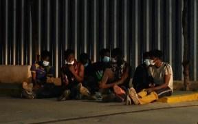 Inmigrantes tras el salto a la valla