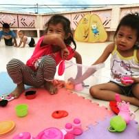 kinder girls play