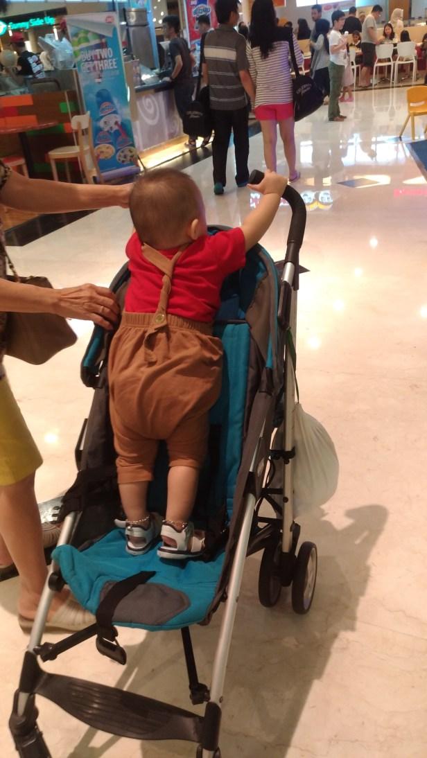 gaya baru naik stroller selama di jakarta