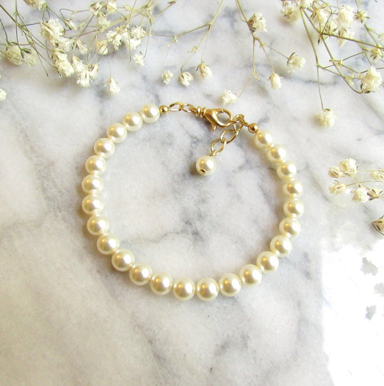 -single strand pearl and gold bracelet