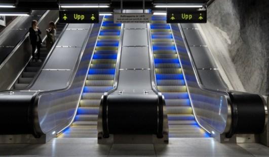 Stadshagen tunnelbanestation, rulltrappor lyser gula och blåa