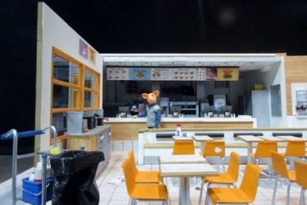 Tunnelbana Odenplan, dockor och modeller från filmen min börda, hamburgerrestaurang