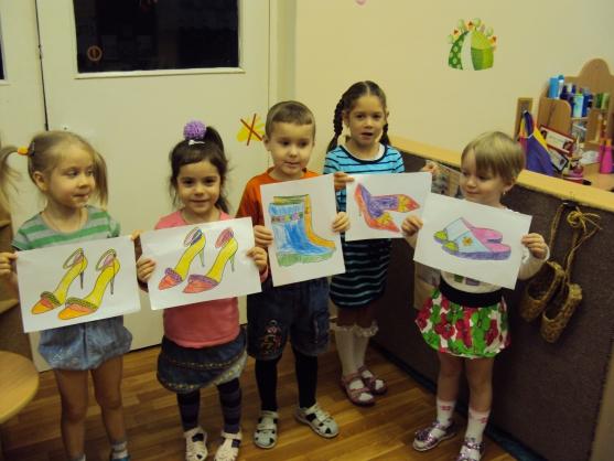 Děti stojí s kresbami bot