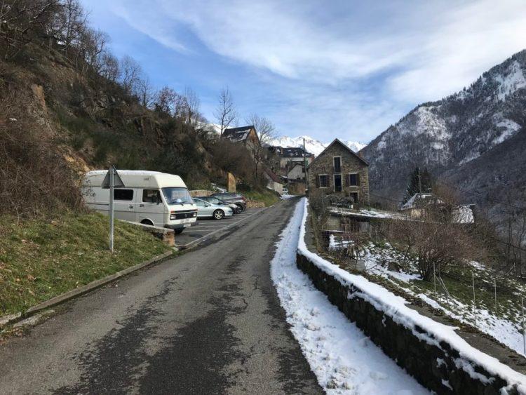 Parking à l'entrée du village de Melles
