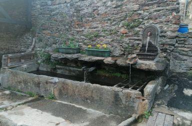 La fontaine de Melles en face Le Crabère