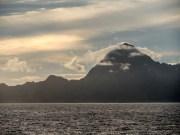 Moorea noyée dans le soleil alors que le Tuhaa Pae quitte Papeete.