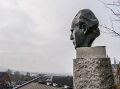 Vue de Mons depuis le parc du château et sculpture de Charles Plisnier