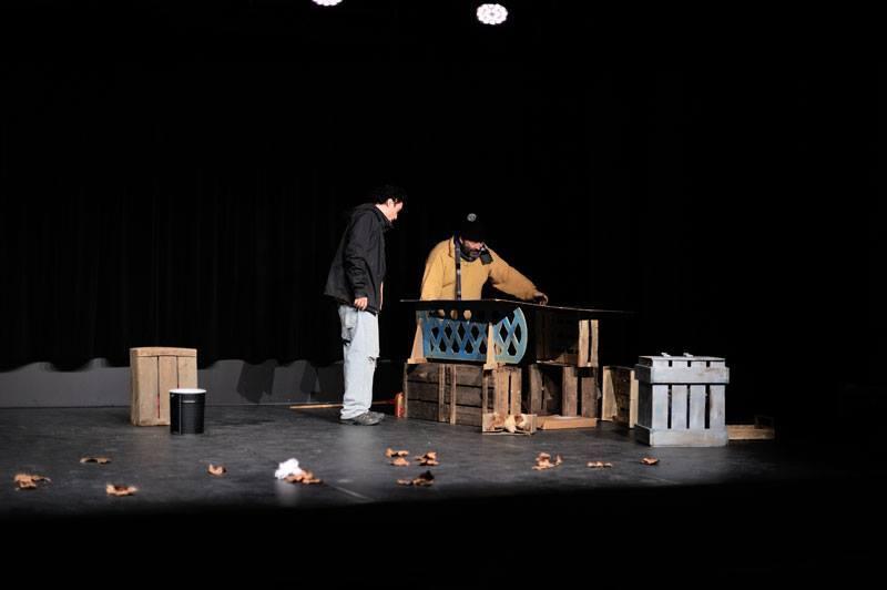 Scénographe théâtre Derrière les murs, installation de la cabane, Assilem décors, scénographe Bordeaux, peintre en décor, peintre décorateur