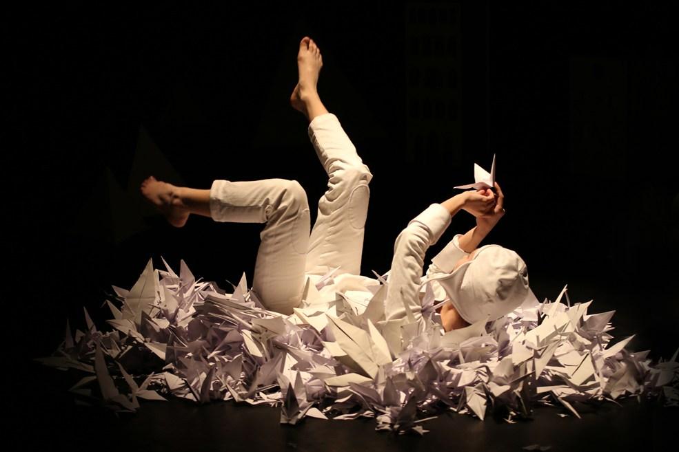 Scénographie théâtre Les Couleurs de l'Oiseau Blanc, Tomec joue avec les grues de papier, Assilem décors, scénographe Bordeaux, peintre en décor, peintre décoratrice