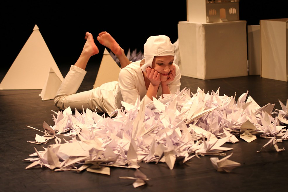 Scénographe théâtre Les Couleurs de l'Oiseau Blanc, Tomec guète la pousse de l'arbre, Assilem décors, scénographe Bordeaux, peintre en décor, peintre décoratrice