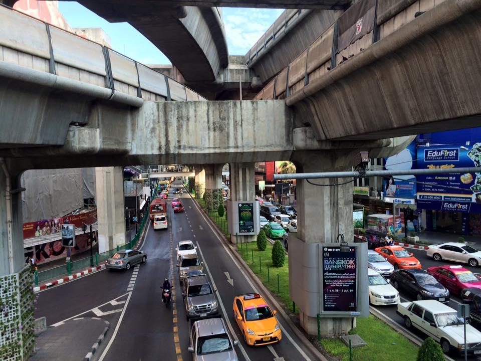 Tráfico en carretera de Bangkok