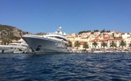 Yate en el puerto de Hvar, Croacia