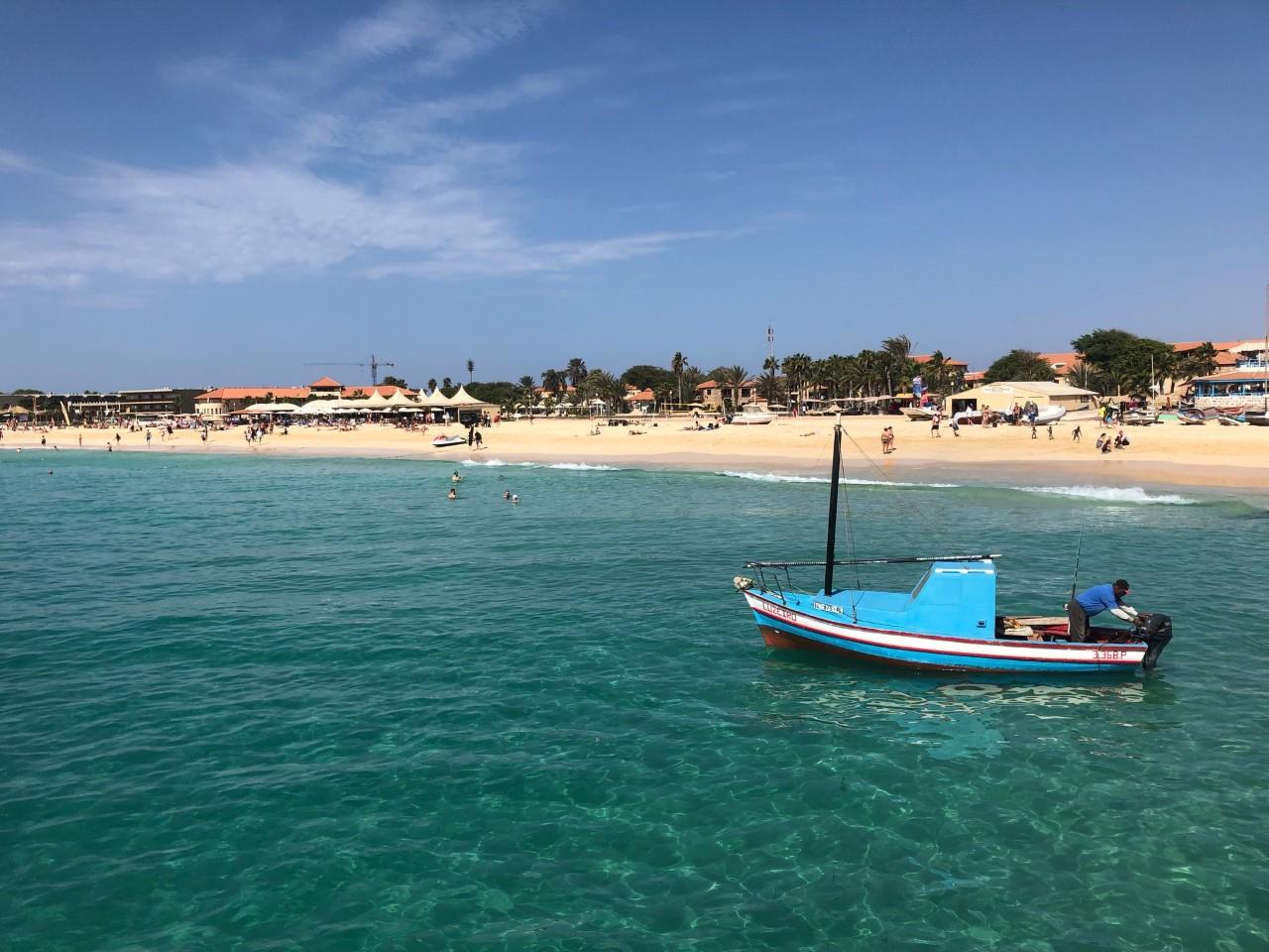 Barquito en la playa de Santa Maria, isla de Sal