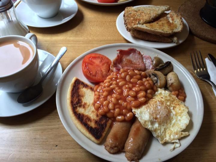 Uno de los sitios donde comer en Edimburgo es Luscious, donde hacen este desayuno escocés