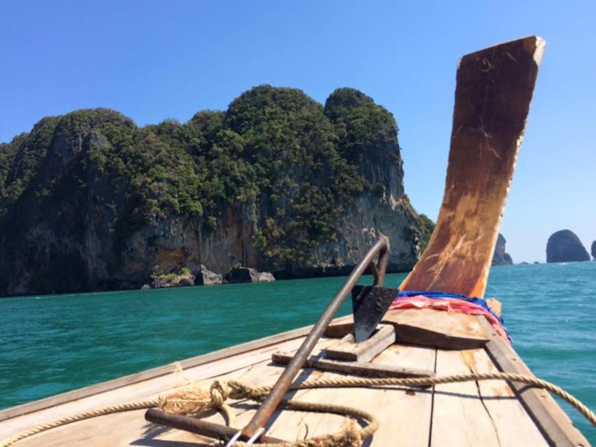 long tail boat o barco de cola larga en railay beach