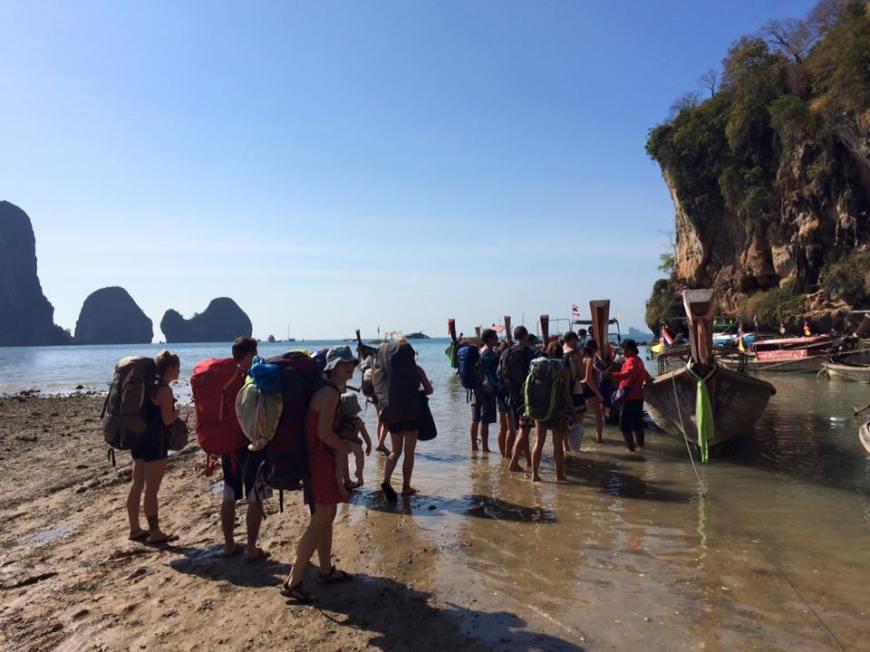 mochileros cogiendo un barco en tonsai beach, cómo organizar un viaje a Tailandia