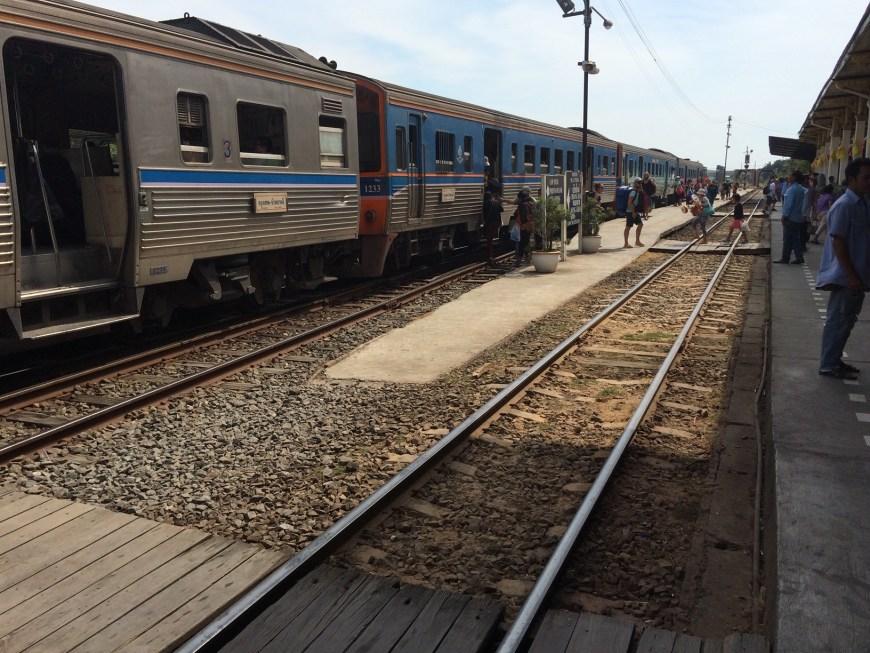 Tren a su llegada a Ayutthaya