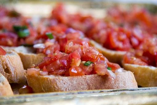 """Tomaten bruchetta - Tomaten in hele kleine stukjes zonder vel en vruchtvlees - met alles klein gesneden knoflook rode ui olie en peterselie - Zo valt het niet van je bruchetta broodje - Super leuk tussen gerecht voor op jouw tapasfeestje - Mels Feestje"""""""