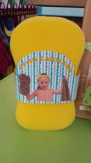 Foto voor vaderdag - foto van jongen met spons op een spons - voor vaderdag een carwash als cadeau - nog meet vaderdag cadeau ideeeen - mels feestje en feestdagen
