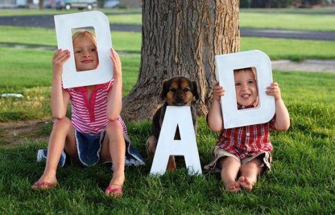 Foto voor vaderdag - kinderedn houden letters vast wat het woord dad vormt - nog meer leuke Vaderdag cadeau ideeen - mels feestje en feestdagen