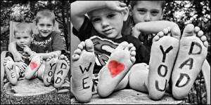 Foto voor vaderdag zwart wit met rood hartje op de voetjes - 3 broers met we love you dad - vaderdag cadeau ideeen - mels feestje en feestdagen