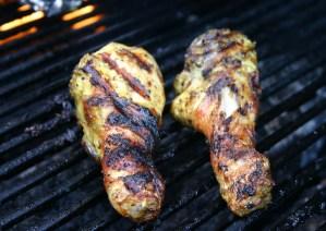 """Gemarineerde BBQ kippenpoten - Gemarineerd met mosterd knoflook olie en citroen - marinade ook onder het velletje en lekker knapperig laten worden op de gas BBQ - mels Feestje en Feest hapjes"""""""