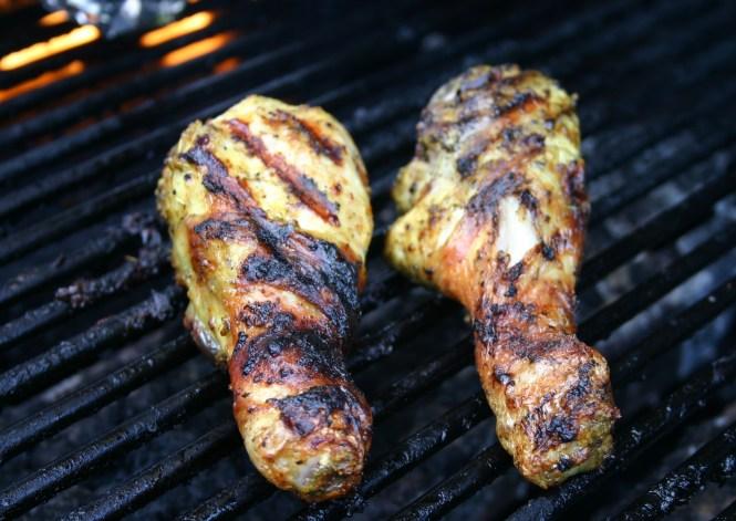Gemarineerde BBQ kippenpoten - Gemarineerd met mosterd knoflook olie en citroen - marinade ook onder het velletje en lekker knapperig laten worden op de gas BBQ - mels Feestje en Feest hapjes