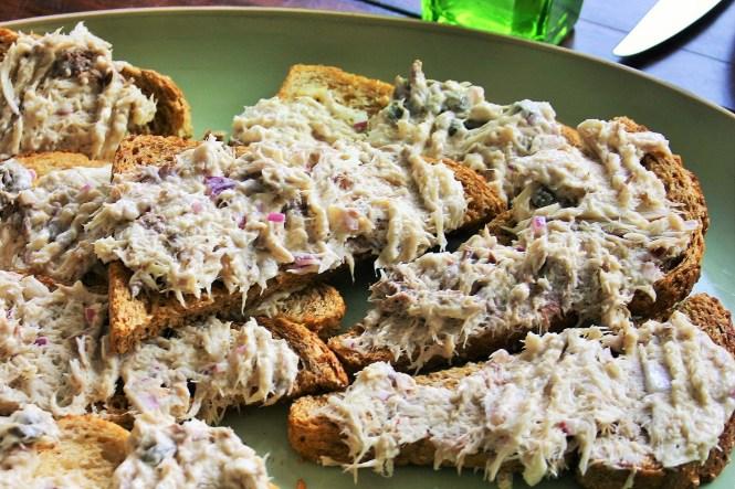 Op een woensdagmiddag een schaal vol met heerlijk geroosterde knoflookbroodjes met een te lekkere makreelsalade met mayonaise en truffel - Je ziet ook de stukjes ui en wat kappertjes - ook super lekker als borrelhapje of een tuinfeest hapje - mels Feestje en feest hapjes