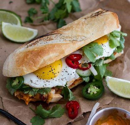 Stokbrood met speklap curry mayonaise en het perfecte gebakken eitje. En hoe prachtig zijn die gekleurde pepers en dat koriander erbij. Belegde stokbroden lekker pittig wakker worden zo! Recept is makkelijk te maken op de camping. Belegde stokbroden & Kampeer Recepten