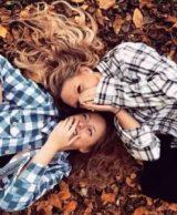 Gezellig Buiten ? 2 vrieindinnen lachend tussen de herfstbladeren. Herfst is een gezellige tijd om buiten af te spreken en mooie herfst foto's te maken. 10x Herfst Sfeer creëren. Mels Feestje