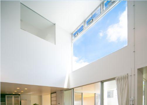 空が見える窓のイメージ