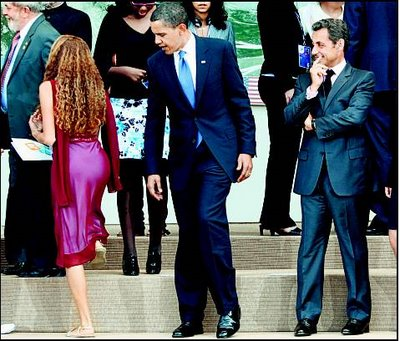 Obama y Sarkozy observan el trasero de una brasileña