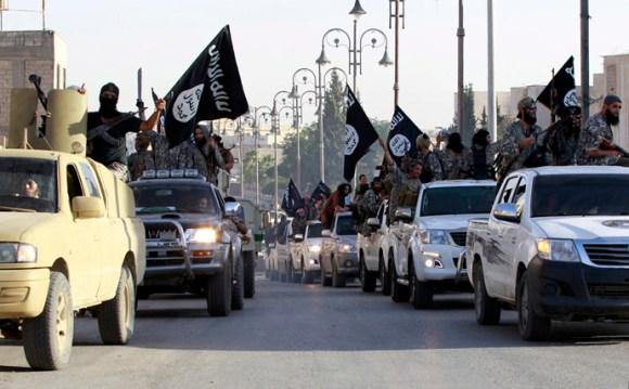 Militantes del Ejército Islámico en vehiculos y con artilleria norteamericana en el norte de Raqqa