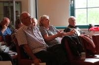 Die Seniorinnen und Senioren diskutieren mit Daniel Lehmann