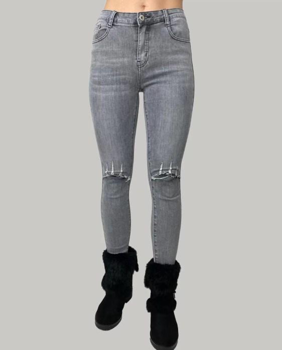 Lichte-spijkerbroek-met-schuur-aan-de-knieen